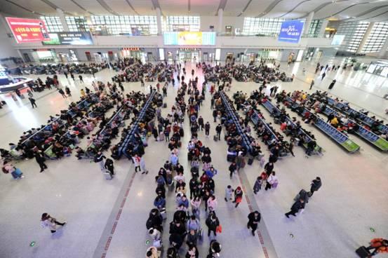 春運首日:蕪湖火車站暖意濃濃