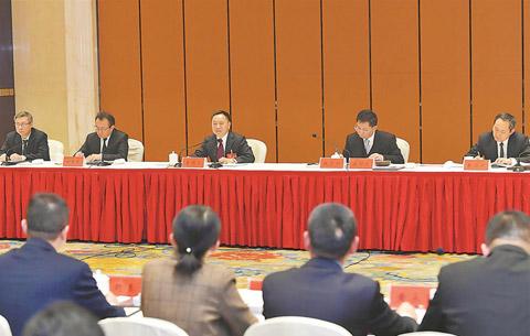 李(li)國英參加安慶代表團審議