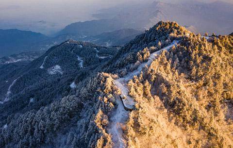 航拍:雪映大別山
