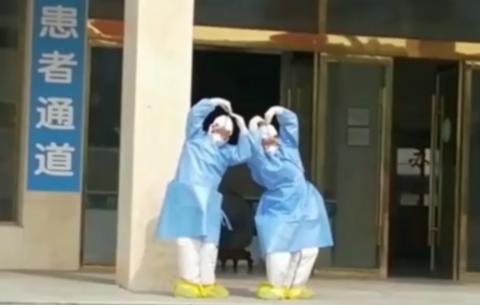 """護士(shi)跳起""""天(tian)鵝舞""""為患(huan)者送行(xing)"""