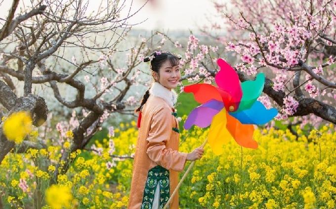 花開(kai)三月踏春來