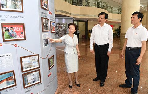 陶明倫到新華社安徽分社調研 觀看抗疫圖片展