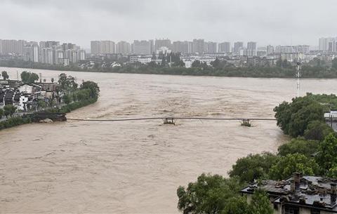 安徽黃山屯溪老大橋被洪水衝毀