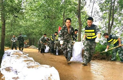 桐城:集結全市搶險突擊隊 打響萬畝圩保堤大會戰