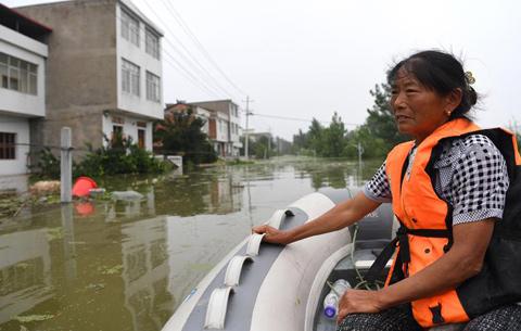 """洪水中的""""擺渡人"""""""