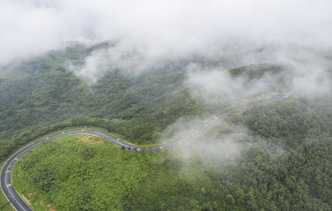 航拍:夏日浮槎山 雨後雲如煙