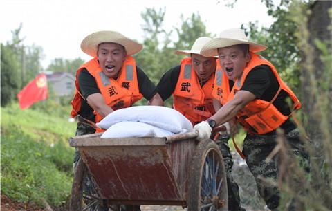 安徽武警:戰高溫 固堤壩