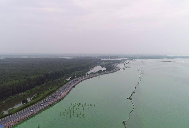 巢湖洪水仍居高不下。當務之急是降低洪水位、控制險情。