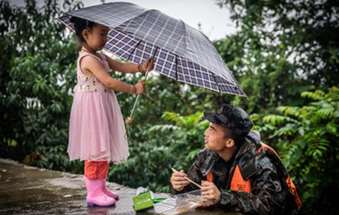 抗洪海報:你為我護堤,我為你撐傘!