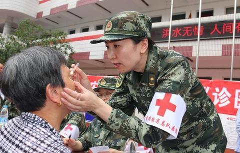 醫療小分隊為災民安置點群眾義診