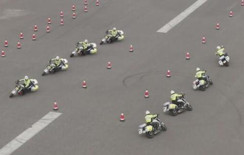 微視頻:炫酷!來看交警如何秀車技