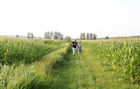 圖片故事:開學第一課,跟著爸爸去駐村