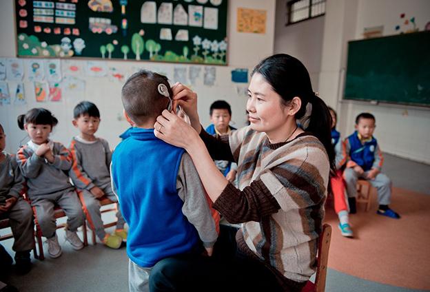 在無聲世界裏,陪伴著特殊的孩子,盡自己最大努力幫助殘疾兒童成長。
