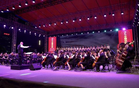 全面小康經典歌曲交響音樂會唱響天鵝湖畔