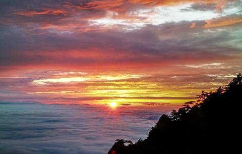 黃山:雨後晚霞照雲海