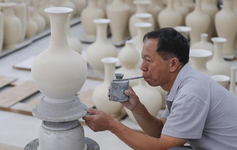"""圖片故事:古法瓷窯""""把樁師""""的瓷器人生"""