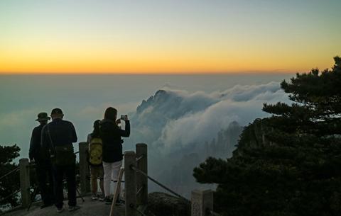 安徽黃山:雲海霞光秋色濃