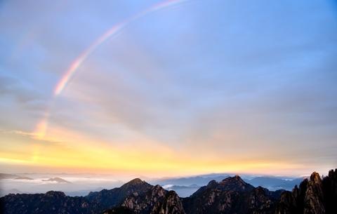 安徽黃山:晚霞彩虹齊爭艷