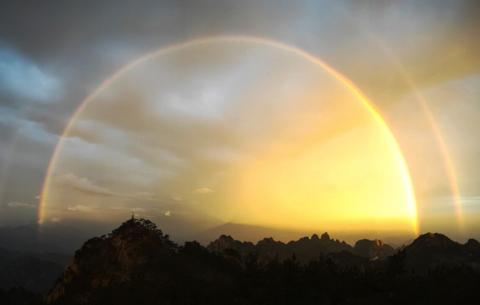 神奇!夢幻彩虹現黃山