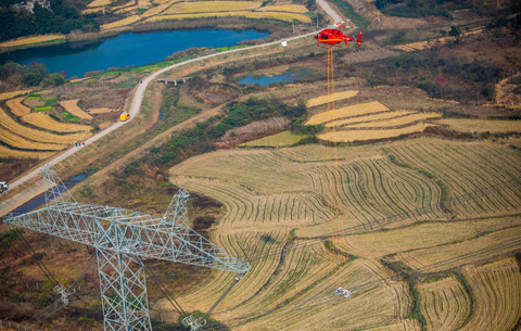 首次!特高壓線上開展直升機帶電作業