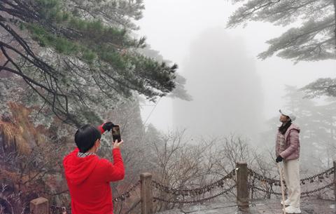黃山迎來今冬首場霧凇景觀