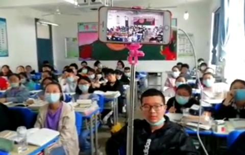 安徽一老師為疫情缺席學生直播上課