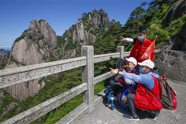罕見病兒童坐輪椅遊黃山