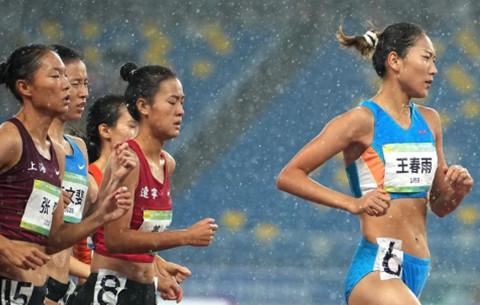 田徑女子1500米:安徽隊選手王春雨奪冠